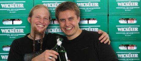 Nils S. (links) und Marc Tönsing (rechts) vor der Bierwand.
