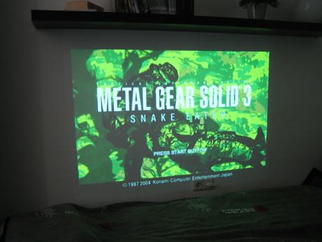 Metal Gear Solid 3 - Snake Eater auf dem Killer-Beamer.