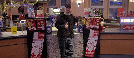 Michael Reinert im Kino Astoria vor den Plakaten.