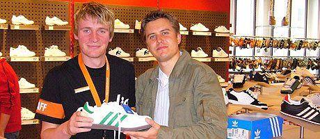 Daniel Haedecke (links) und Marc Tönsing (rechts) bei der Schuhberatung in Bielefeld