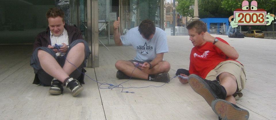 Philipp, Fabian und ich im Barcelona Pavillon mit Mario Kart auf dem GBA