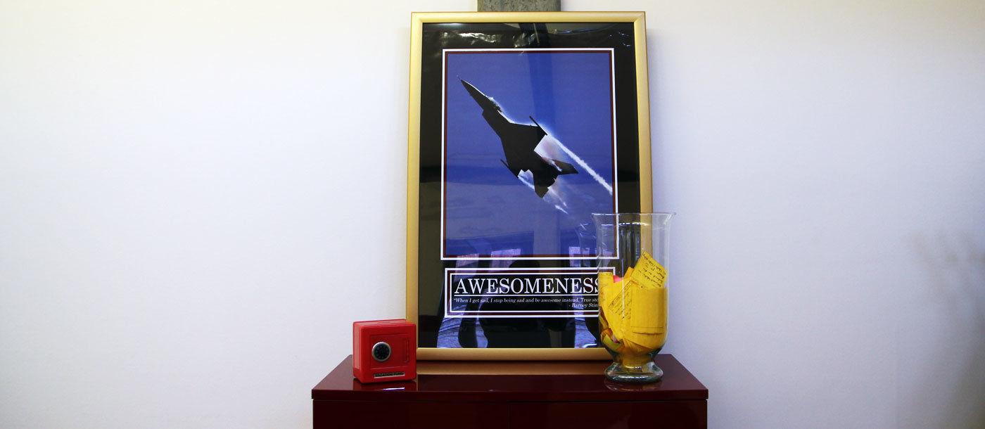 "Der ""Team Awesome""-Shrine im Büro"