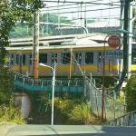 The Garden of Words Szene im echten Tokyo mit Zug und Brücke