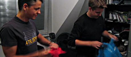 Attila (links) und Marc Tönsing (rechts) beim Hemdaussuchen
