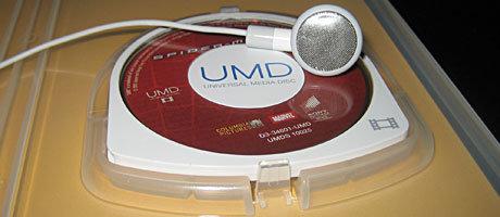 Die UMD im Detail. Der Kopfhörer dient zum Größenvergleich.