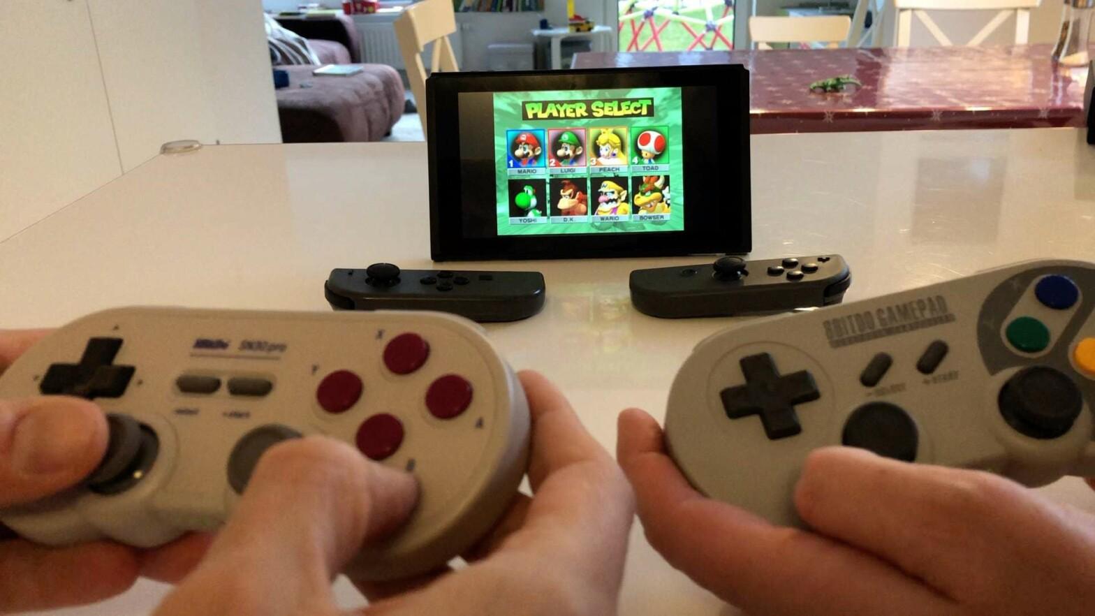Retroarch erlaubt 5 Spieler mit abgetrennten Joycon und den 8Bitdo SF30 Pro Controllern.