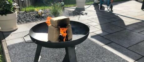 Feuerschale steht sicher auf der Schutzunterlage.