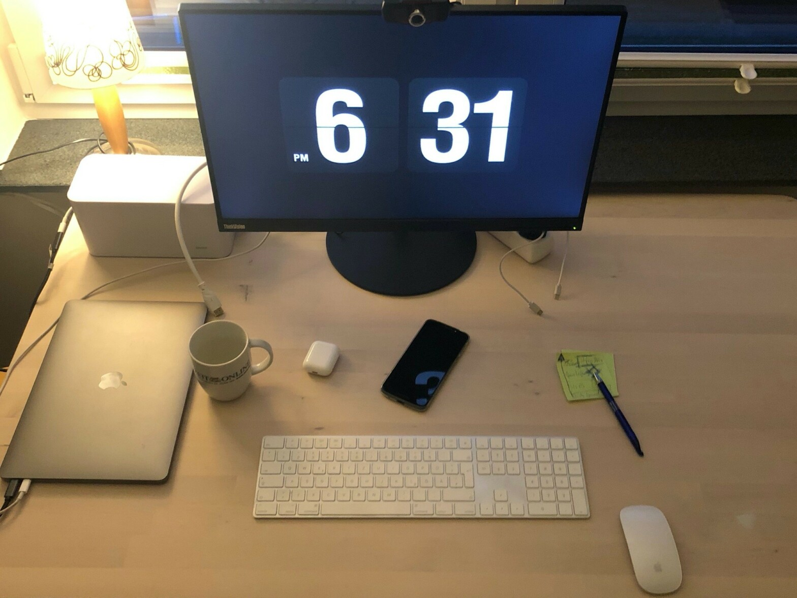 Aktueller Stand des Arbeitsplatzes im Home-Office mit großem Bildschirm.