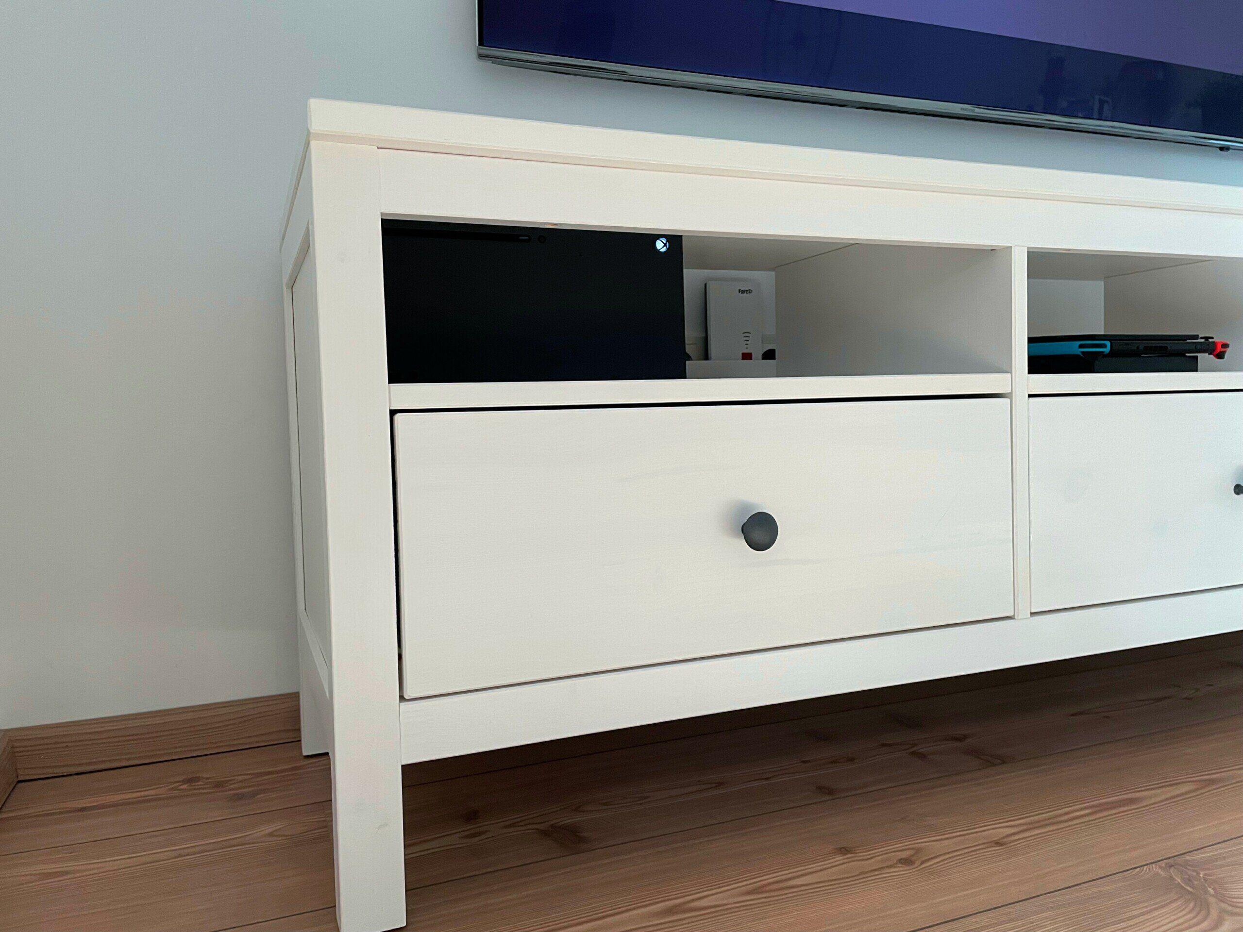 Die Xbox Series X passt ganz knapp in den IKEA Hemnes TV Schrank, wenn man die Schublade kurz entfernt.